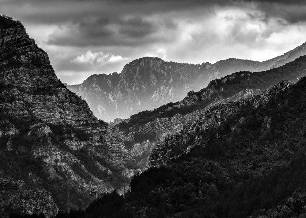 Mountains of Bosnia  Mountains of Bosnia Gallery quality print on thick 45cm / 32cm metal plate. Each Displate print verified by the Production Master. Signature and hologram added to the back of each plate for added authenticity & collectors value. Magnetic mounting system included.  EUR 46.00  Meer informatie