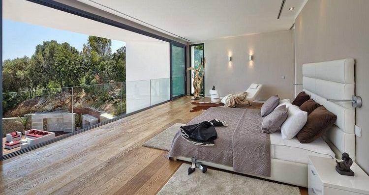 chambre contemporaine avec tête de lit en blanc neige, sol en ...