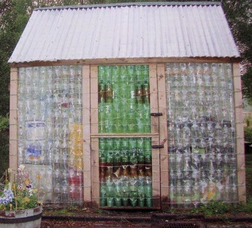 Art Greenhouse From Wooden Pallets And Plastic Bottles Great Idea Stuff From Pallets Plastic Bottle Greenhouse Plastic Bottle House Bottle House