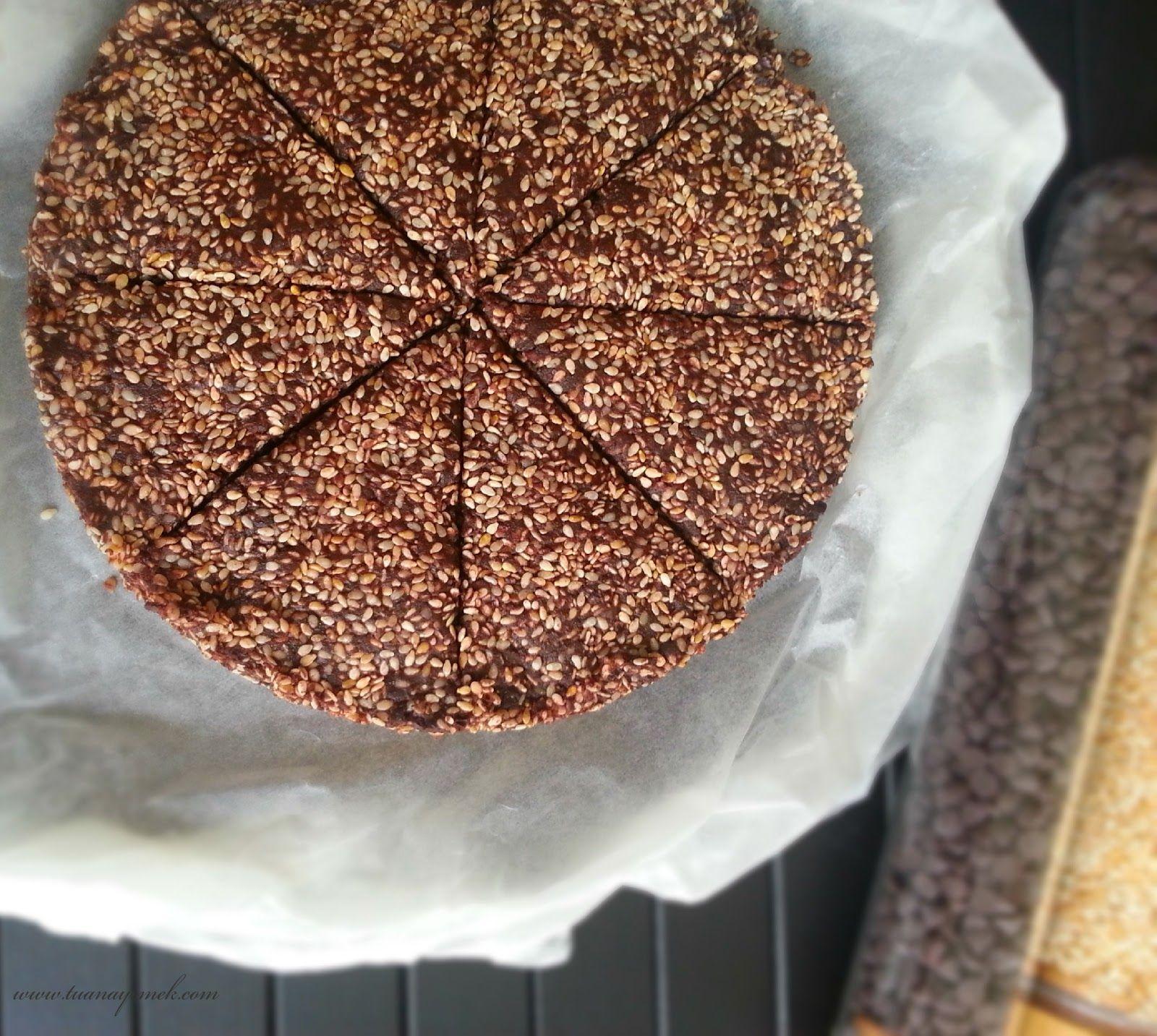 Malzemeler:  - 1 kase damla bitter çikolata  - 1 kase kavrulmuş susam  - 1 çay bardağı sıvı krema   Hazırlanışı:  - Kre...