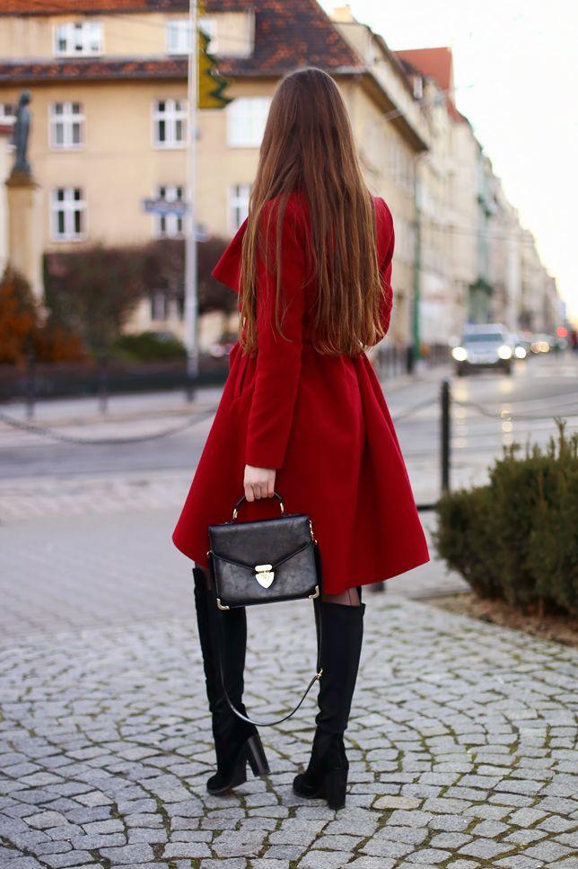 Kobiecy Blog O Modzie Czerwony Rozkloszowany Plaszcz Szara Sukienka I Czarne Dlugie Kozaki Na Obcasie