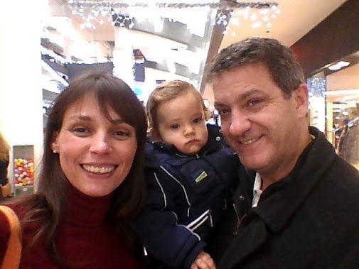 Socorro!!! nos hemos quedado sin pañales y hemos tenido que ir a comprar al centro comercial. Ya no nos acordábamos de la cantidad de gente que hay los sábados por la tarde en vísperas de Navidad.