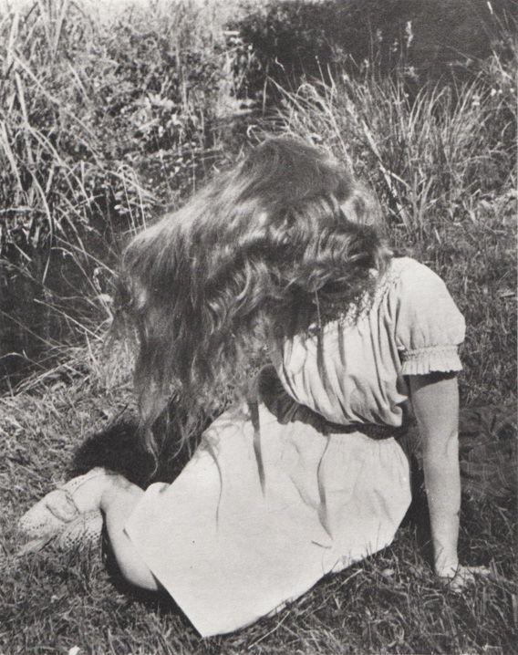 Édouard Boubat, Lella (assise dans l'herbe), 1946