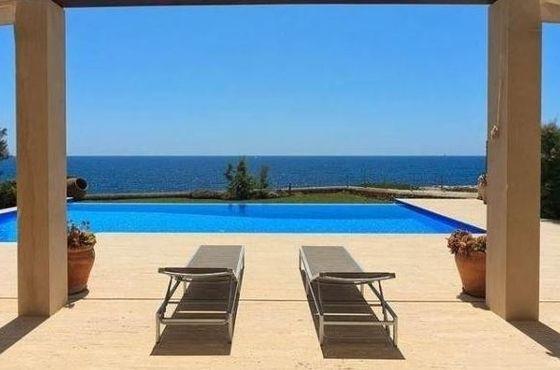 villa pieds dans l 39 eau portocolom espagne espagne. Black Bedroom Furniture Sets. Home Design Ideas