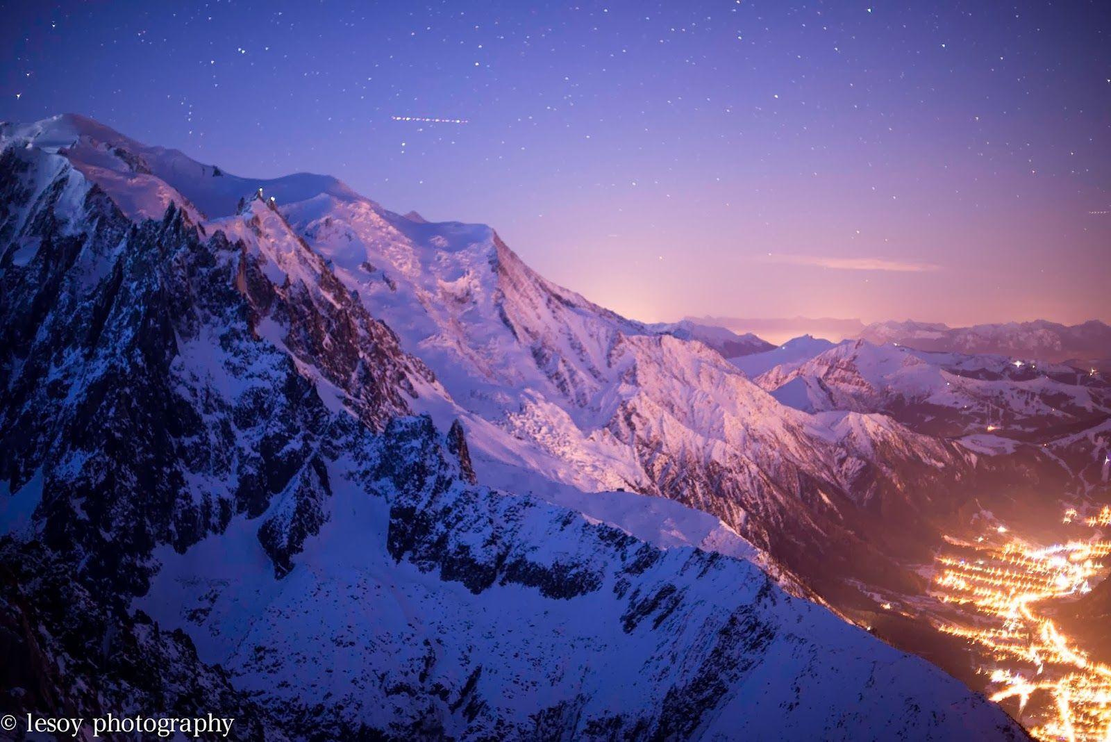 Vue de nuit vers les Drus, le Massif du Mont Blanc et la vallée de Chamonix Photo © Lesoy Photography http://lesoyphotography.com/