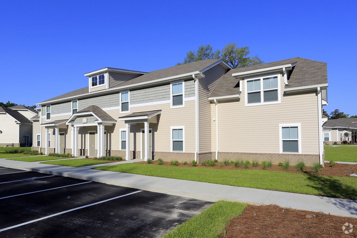 Now Leasing 2 Bd 2 5 Bth Townhomes 985 A Month Plus Utilities Townhouse Rental Apartments House Styles