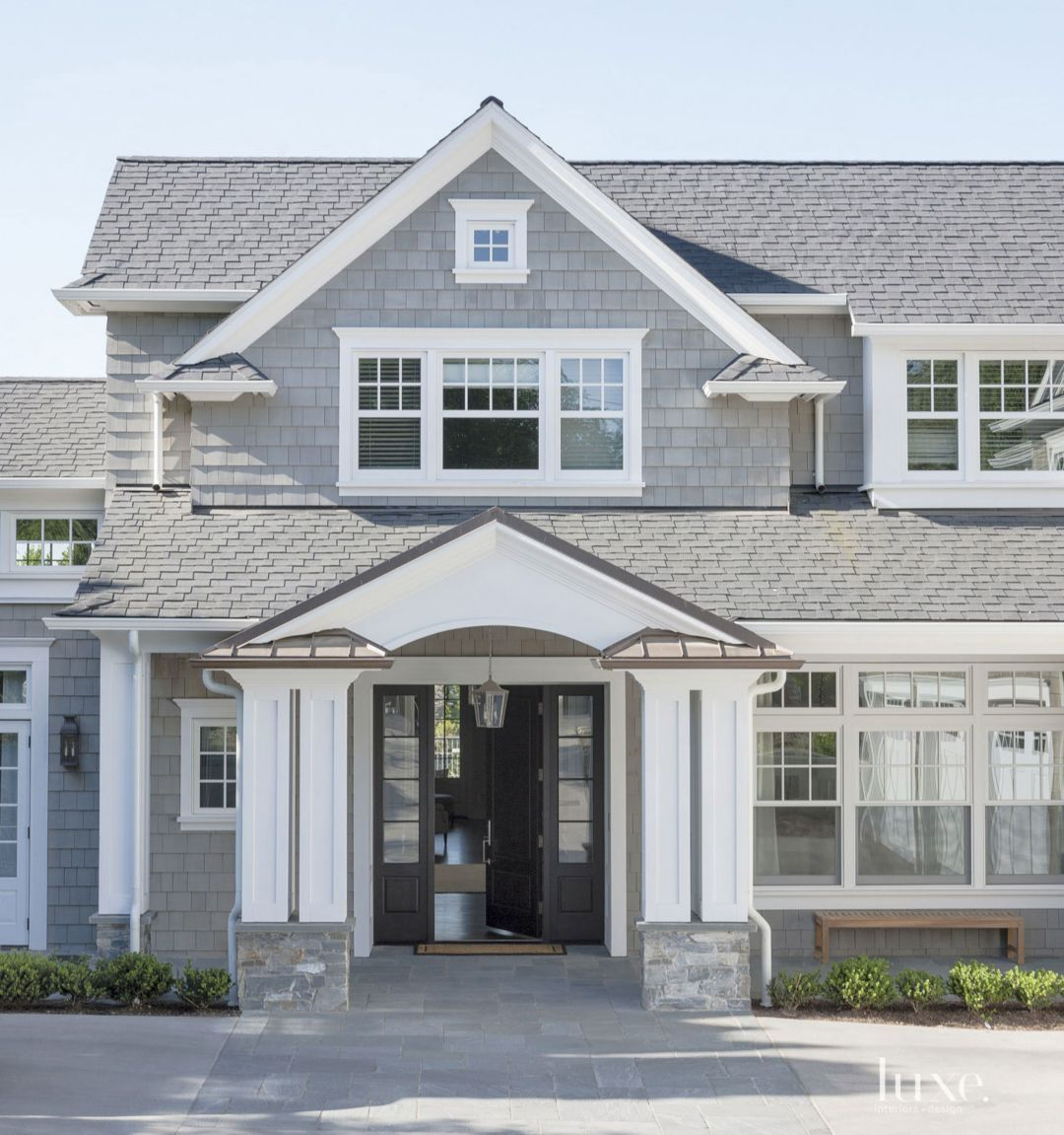 The Home S Shingle Style Exterior Gives A Nod To Traditional East Coast Architecture Gray House Exterior White Exterior Houses Grey Exterior House Colors