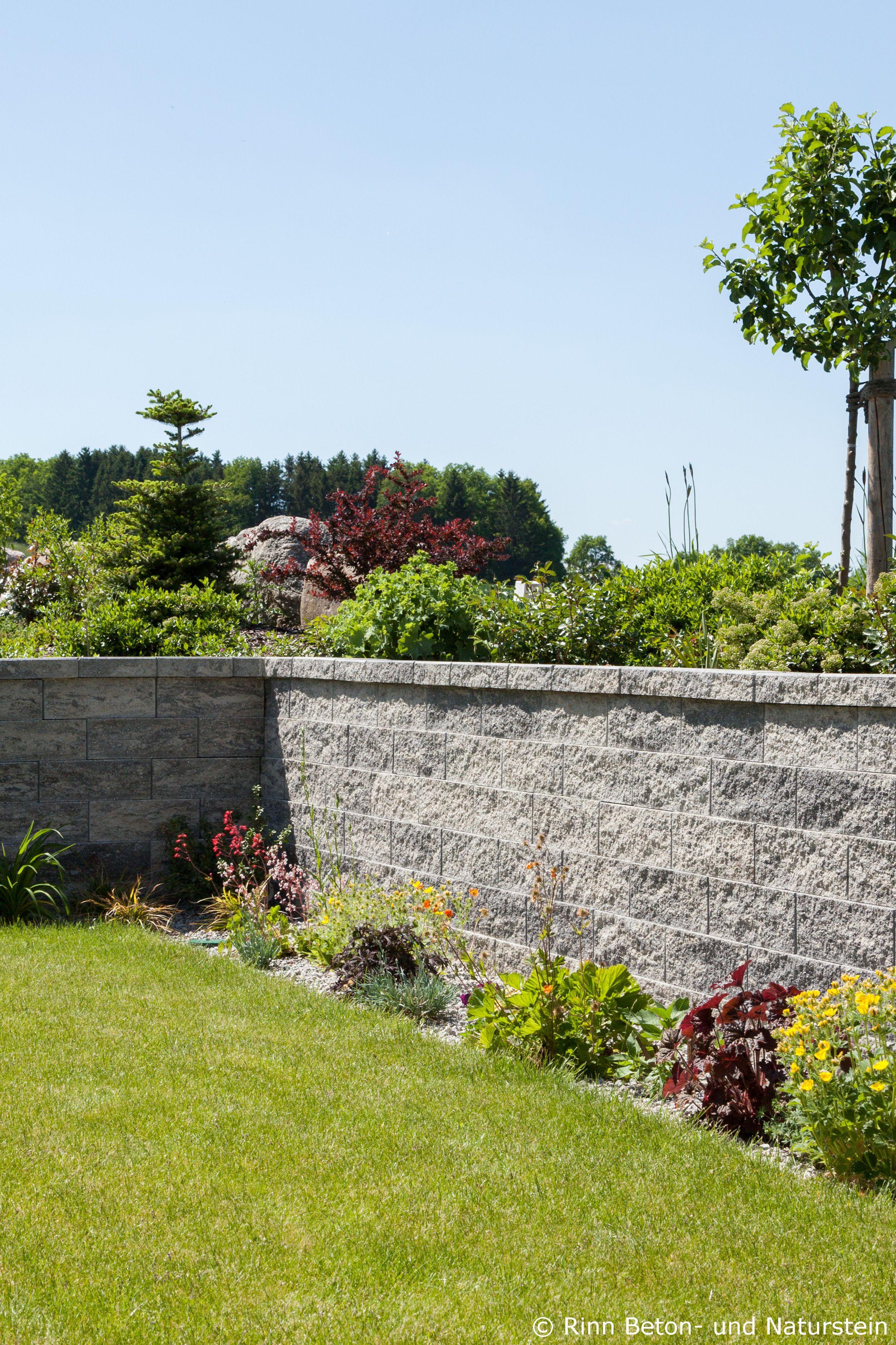 die steinmauer zur grundstückseingrenzung ist nicht nur als zaun
