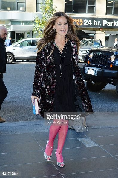 New York October 7th 2016 Sarah Jessica Parker wore a brocade coat of Roberto Cavalli from the Pre-Fall 2016 collection. Sarah Jessica Parker ha indossato un cappotto in broccato della collezione Pre Fall 2016 di Roberto Cavalli. 莎拉·杰西卡·帕克身着由罗伯特·卡沃利预2016年秋季收集锦缎外套。 Photo Courtesy of Getty Images