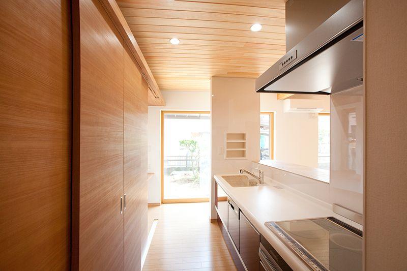 収納力自慢の対面キッチン 背面収納の扉は 床から天井までの引き戸