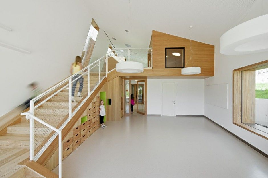 Bergruimte onder trap amazing kindergarten terenten design for Minimalist house construction