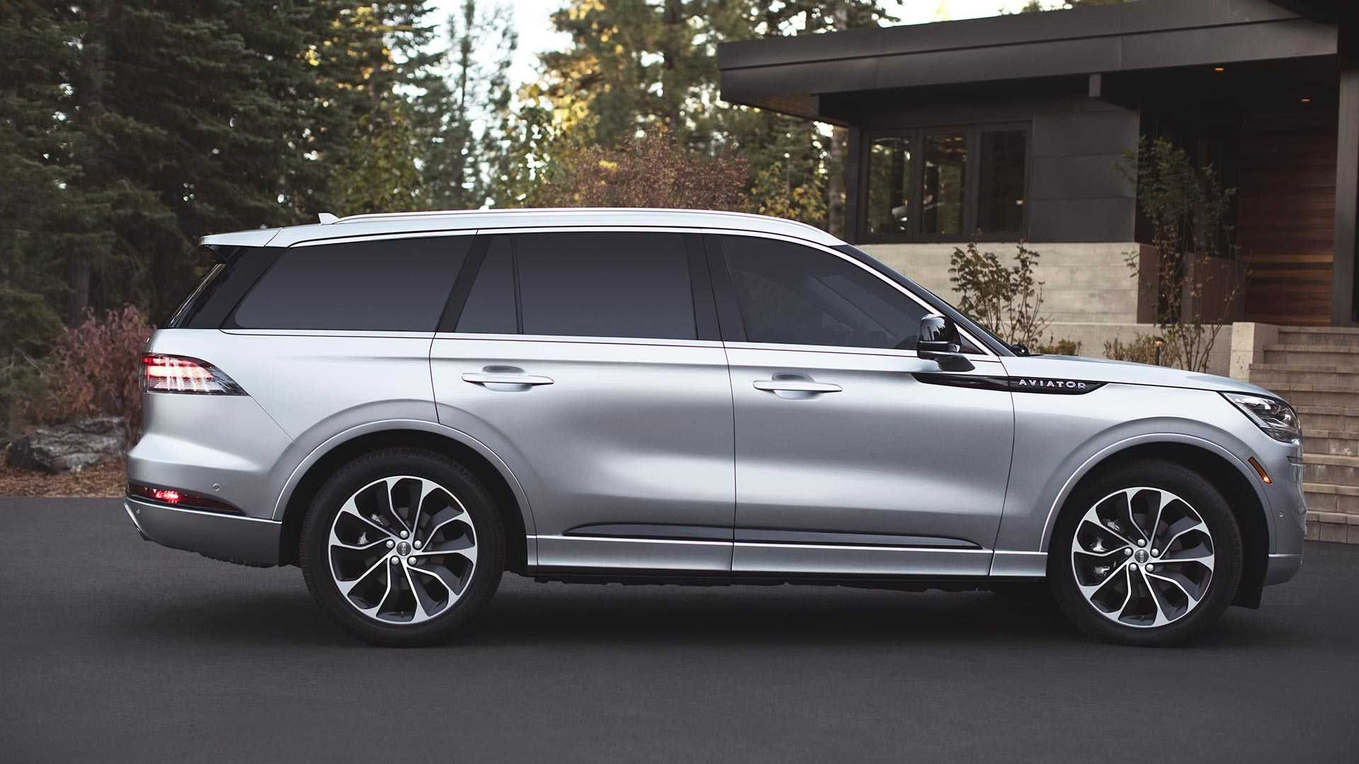 The New Lincoln Aviator Delivers A Strong Stately Appearance