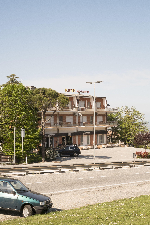 Hotel Crocenzi, posizionato sul lato della superstrada che porta a ...