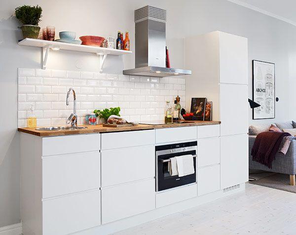 armários brancos, puxador cava, azulejo retrô, prateleira com mão francesa, tampo de madeira