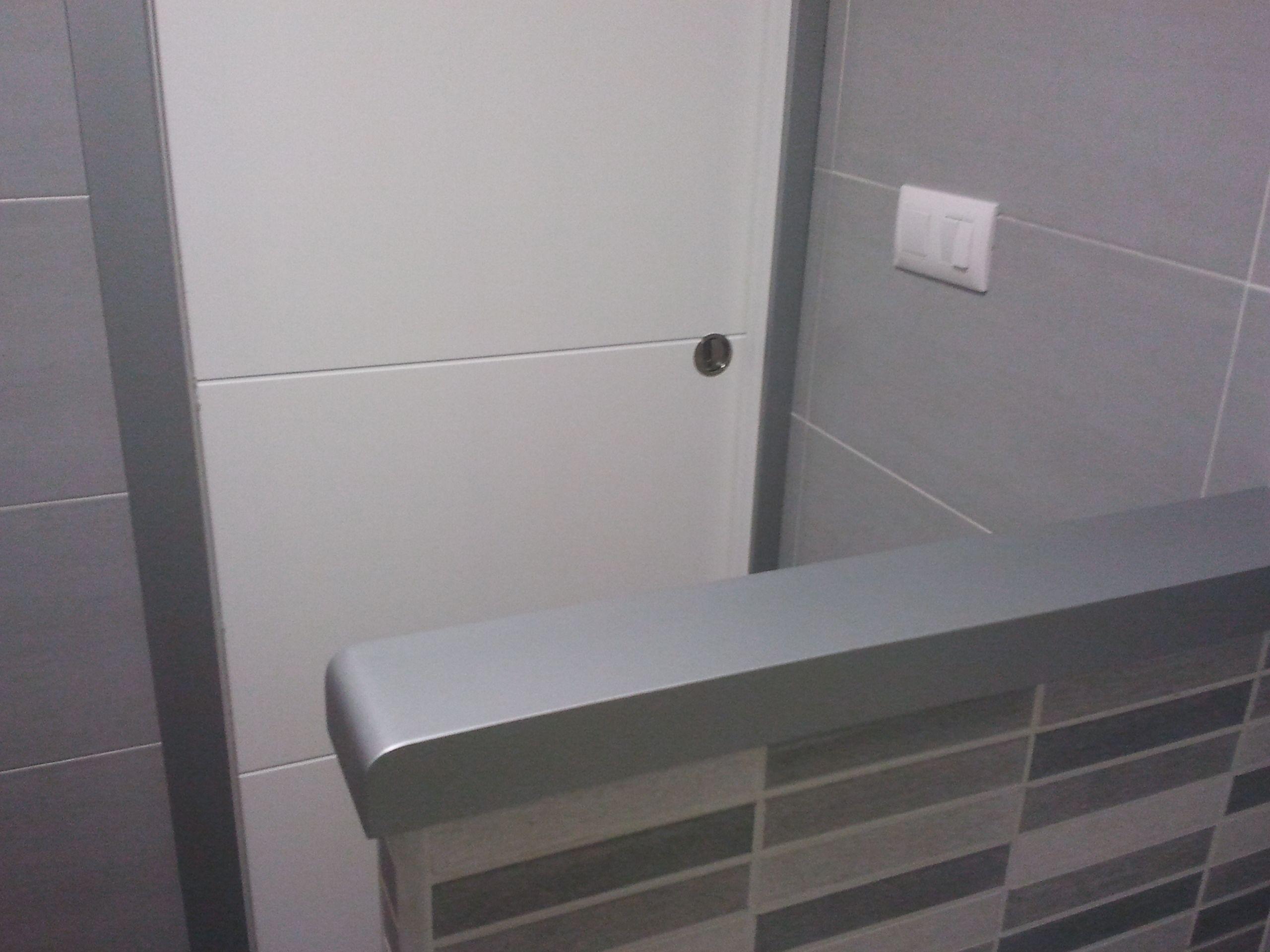 Pasamano en baño lacado efecto metal, a juego con tapajuntas de la puerta