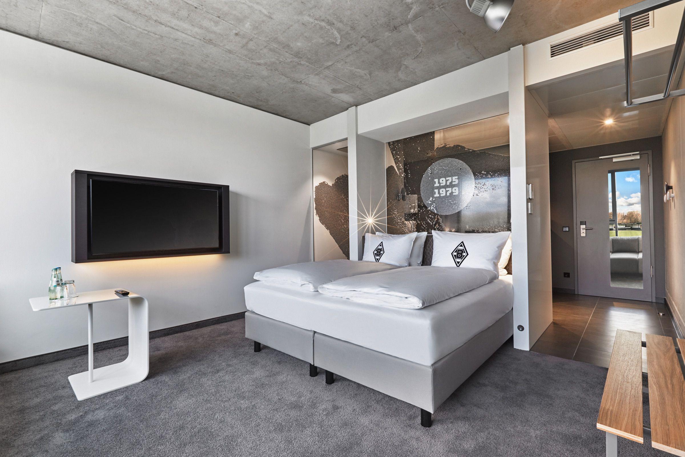 Bett Fernseher Und Ablageflachen Im Zimmer H4 Hotel