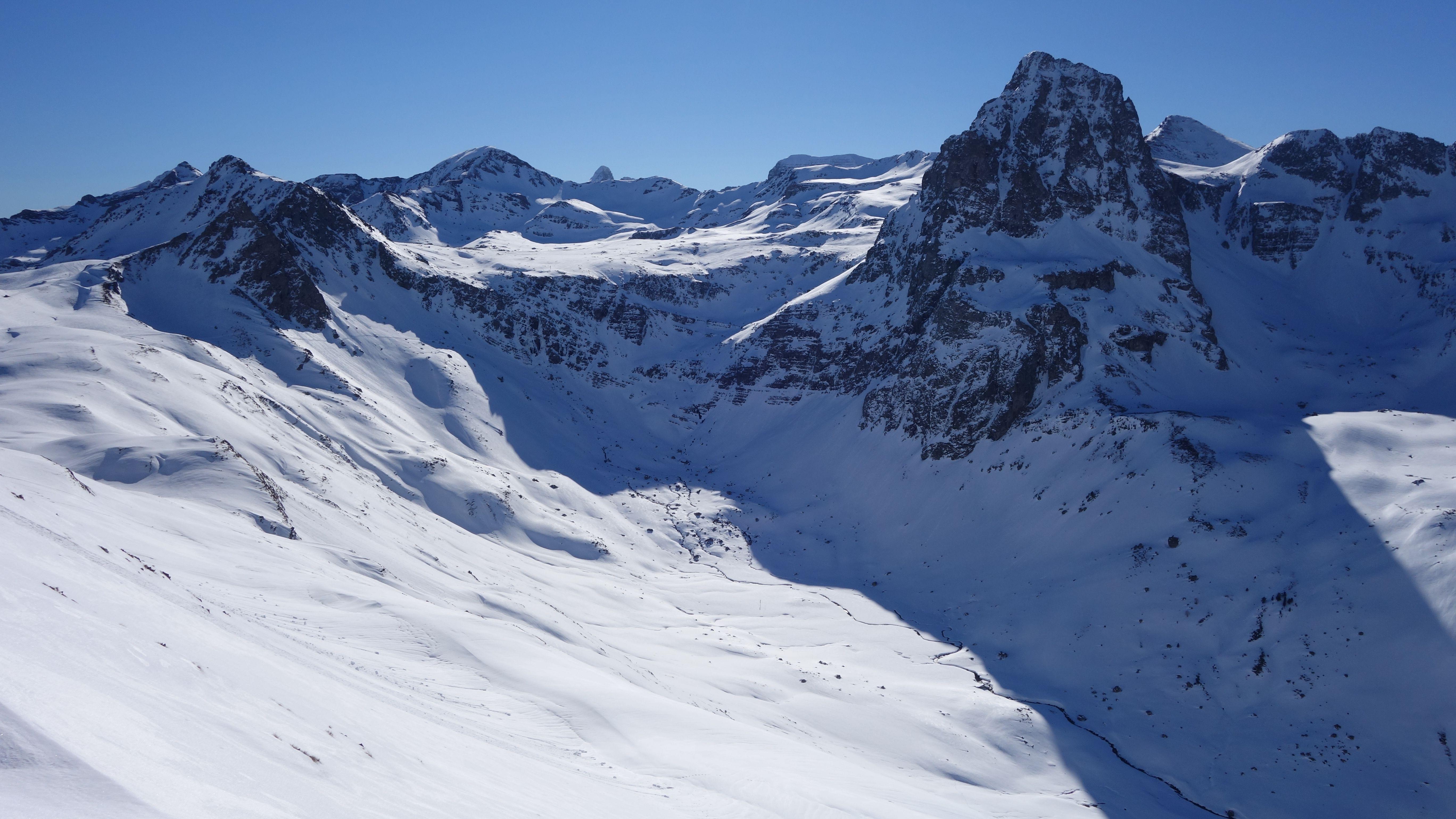 Culivillas (2523 metros), Arroyeras (2567 metros), Punta Escarra (2751 metros), Pala de Ip (2779 metros), Anayet (2574 metros), Vértice de Anayet (2559 metros) e ibones de Anayet desde el Col d'Anéou
