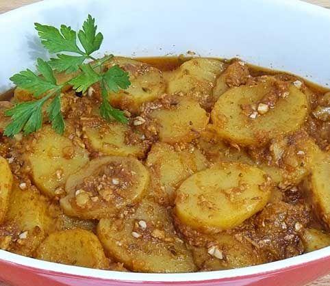 Patatas al ajillo      Patatas al ajillo  ¡Hola amig@ cociner@! Ya estoy aquí con una nueva receta. Patatas al ajilloque, para los amantes de las patatas, yo soy una, nos va a hacer muy felices.  Las he preparado con un ajillo pastorque es una salsa