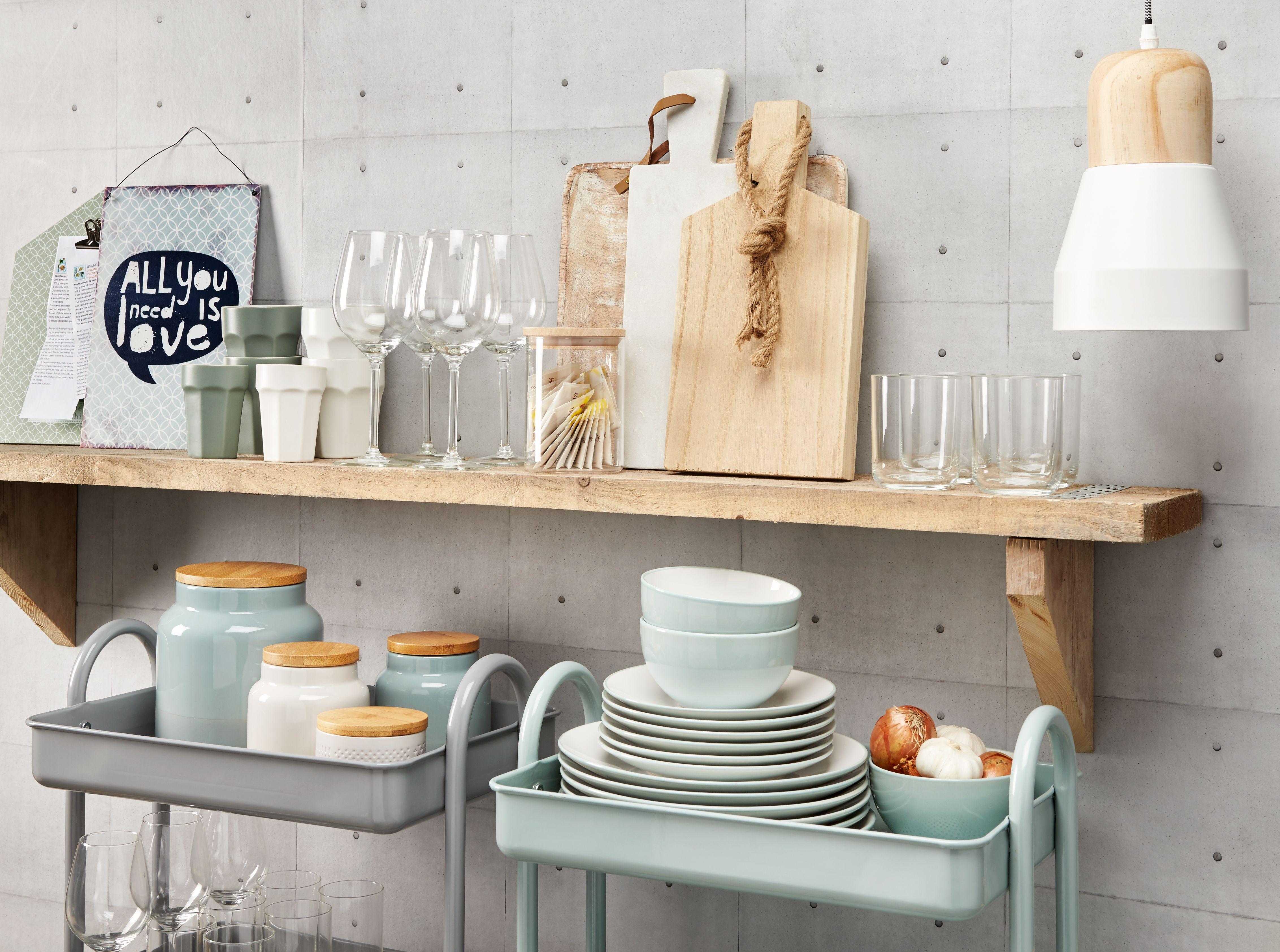 Pastelkleurig tafelgerei voor een mooie gedekte tafel for Boeken opbergsysteem