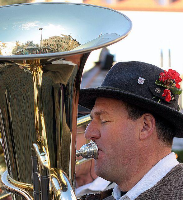 Cattura Bressanone nella campana del suo trombone .... ne suona la musica e la sua tradizione!!   Flickr - Fotosharing!