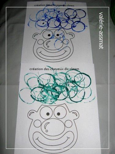 création des cheveux du clown en peinture avec rouleau de papier