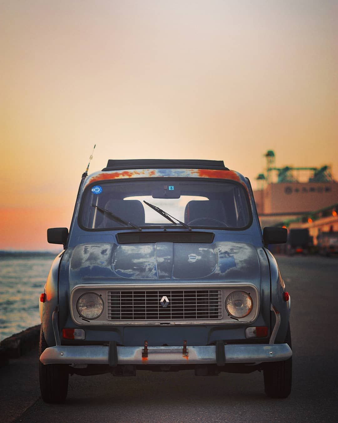 Autumn Sunset Time. French Car Masterpiece 🚗 1990 RENAULT