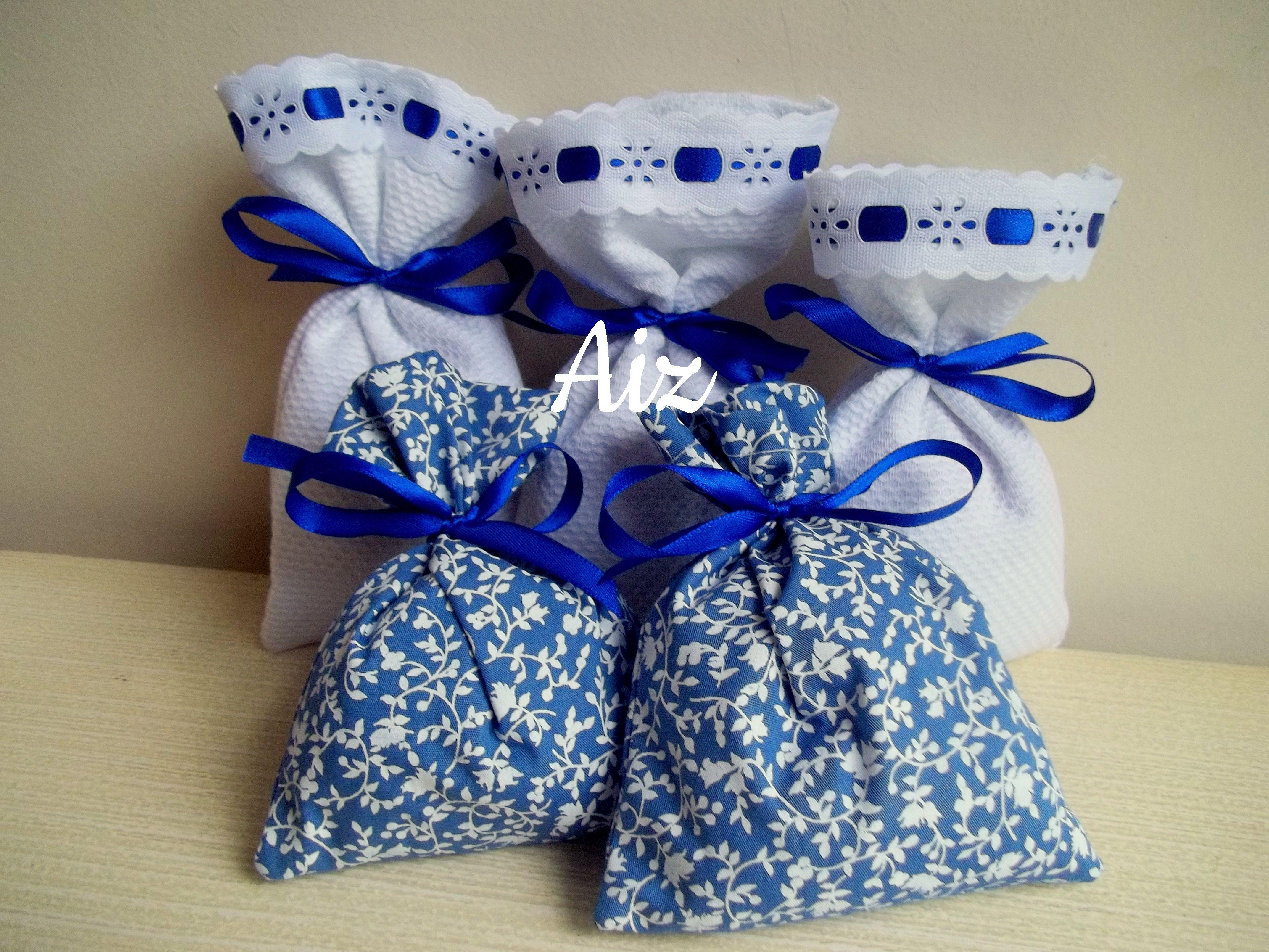 Sachês perfumados com fragrância de orquídea e framboesa. Estampados predominando a cor azul.