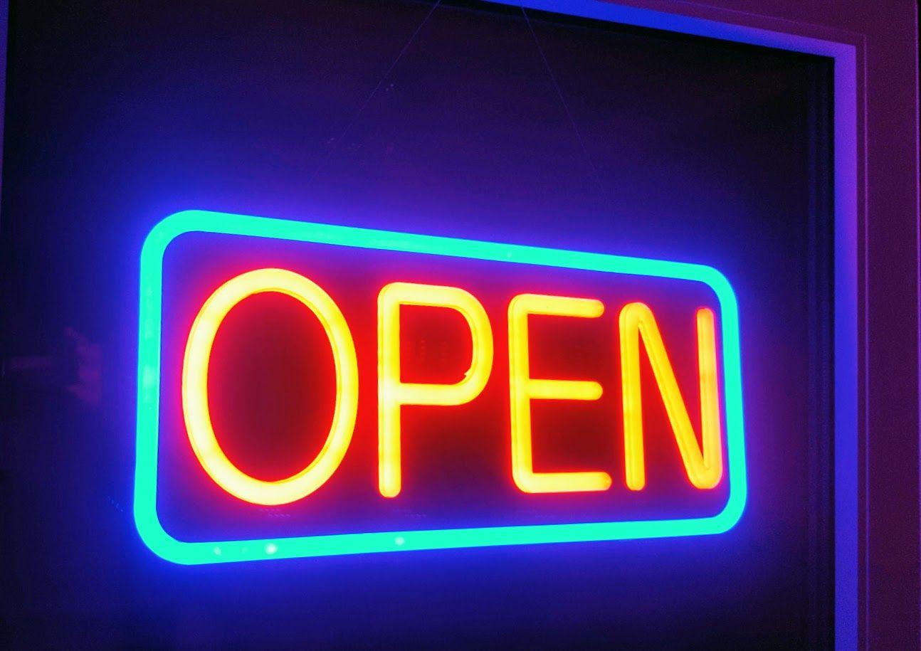 Dieses Led Open Sign Konnen Sie Hinstellen Oder Aufhangen Led Schild Open Im Neon Design Rot Blau Mit Fernbedienung Neon Open Sign Open Signs Neon Signs