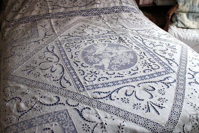 grand couvre lit ancien en dentelle et broderies linge. Black Bedroom Furniture Sets. Home Design Ideas