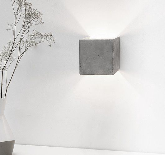 Wandleuchte gegossen aus grauem Beton vereint edles Gold mit rauem Beton zu einer zeitlosen und eleganten Designerleuchte. Hier entdecken und shoppen: http://sturbock.me/5Oh