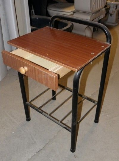 Mesitas con cajón y balda de rejilla, de madera y tubo metálico