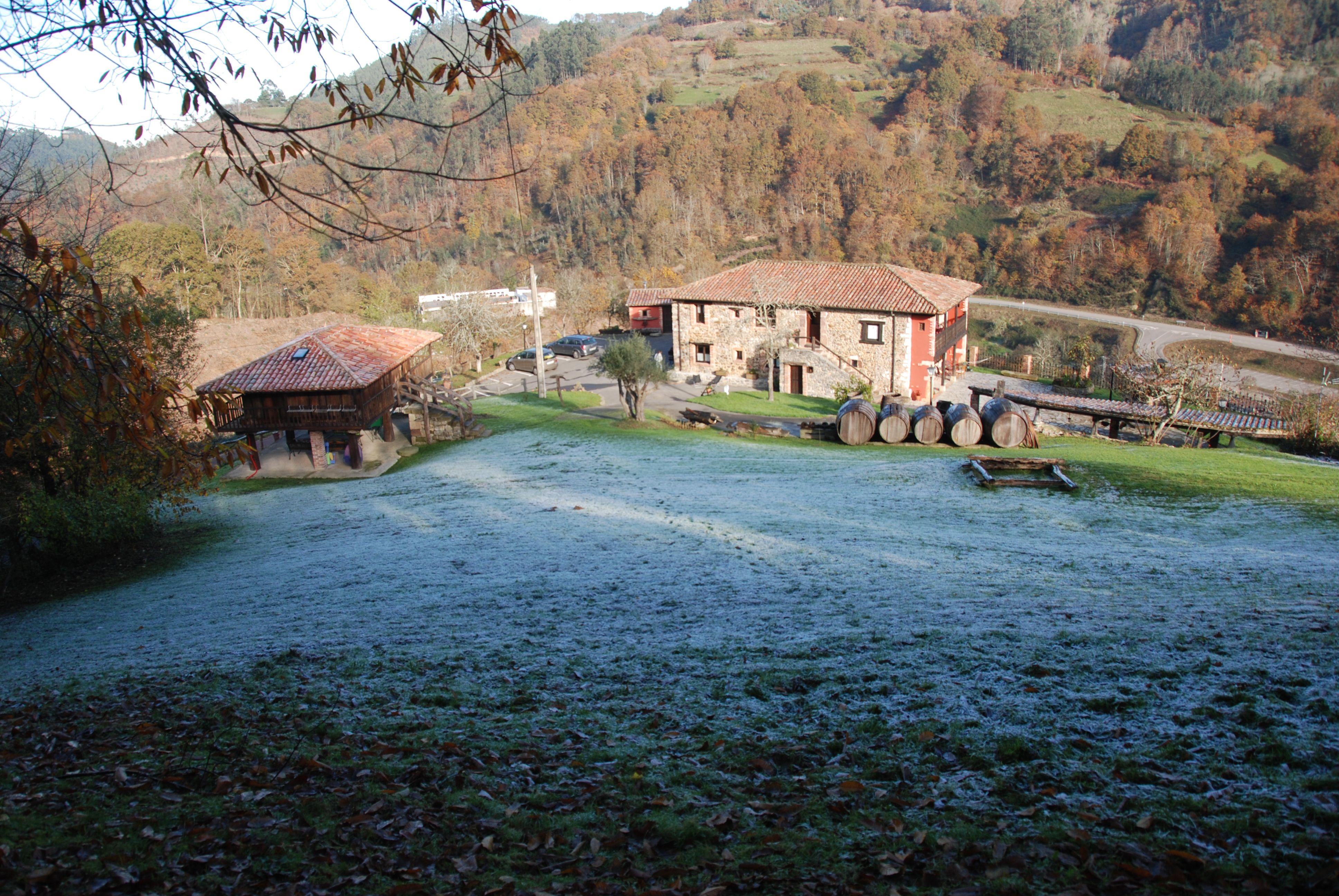 Panoramica de La Casona de Viñon desde una terraza en lo alto del prado. Por la mañana en invierno.