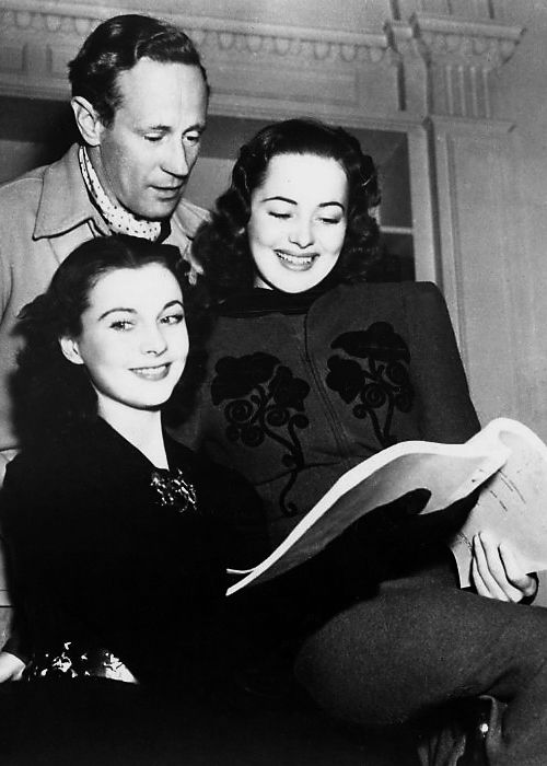 Vivien Leigh Leslie Howard And Olivia De Havilland Look Over A
