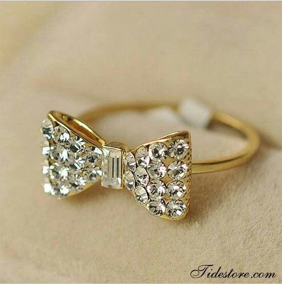 Hermoso anillo en forma de lazo.