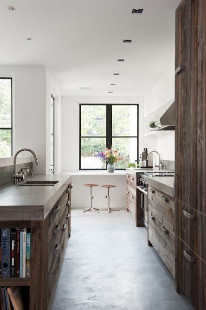 Concrete, rustic, steel windows, white walls, good looking. Cemento pulido, madera rústica, ventanas metálicas, paredes blancas,armónico conjunto!