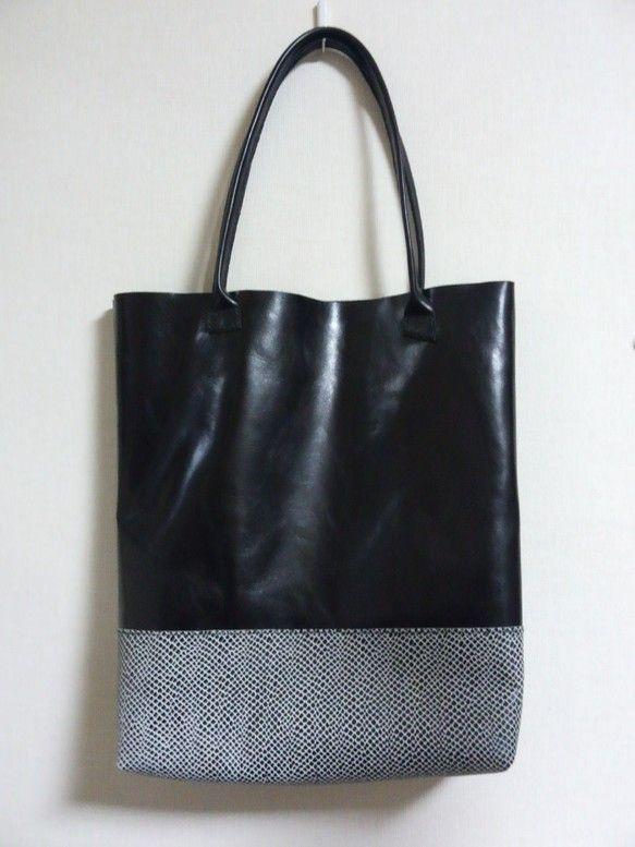 黒色の牛革と 型押し牛革を組合せて作ったトートバッグです縦 40㎝、横  38㎝、マチ  8㎝持ち手  55㎝内側にポケット1つ ハンドメイド、手作り、手仕事品の通販・販売・購入ならCreema。