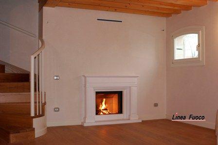 Il #classico caminetto, realizzazione a misura cornice in #marmo massello sivec bianco, monoblocco Stuv 21-75 #design Linea Fuoco #fiesso