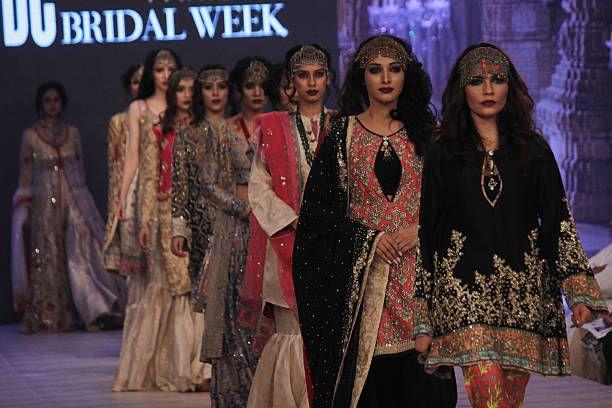 Mallit kävellä luiskalla esittelemään kuuluisan pakistanilaisen suunnittelijan luomuksia Pakistanin muotisuunnittelumessujen toisen päivän ...