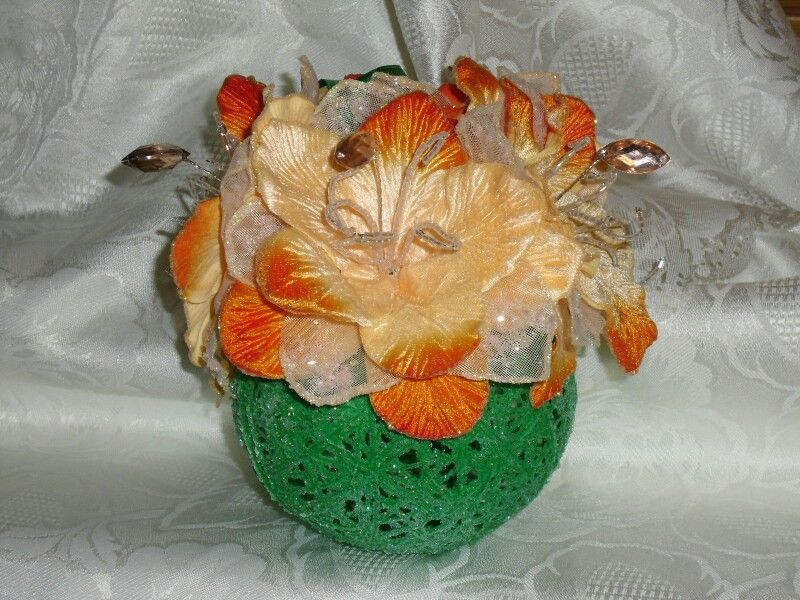 Sfera di filo di lana con fiori di stoffa
