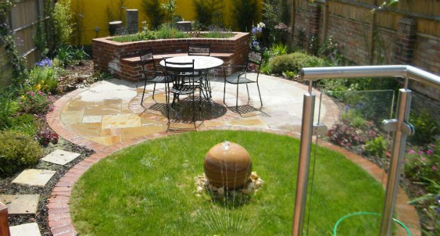 The Paved Circle Is Echoed By The Lawn With Its Brick 400 x 300
