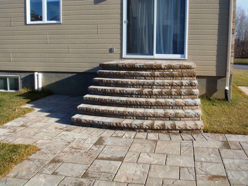 Terrasse et marches de la porte patio en dalles (pavé-uni - pave pour terrasse exterieur