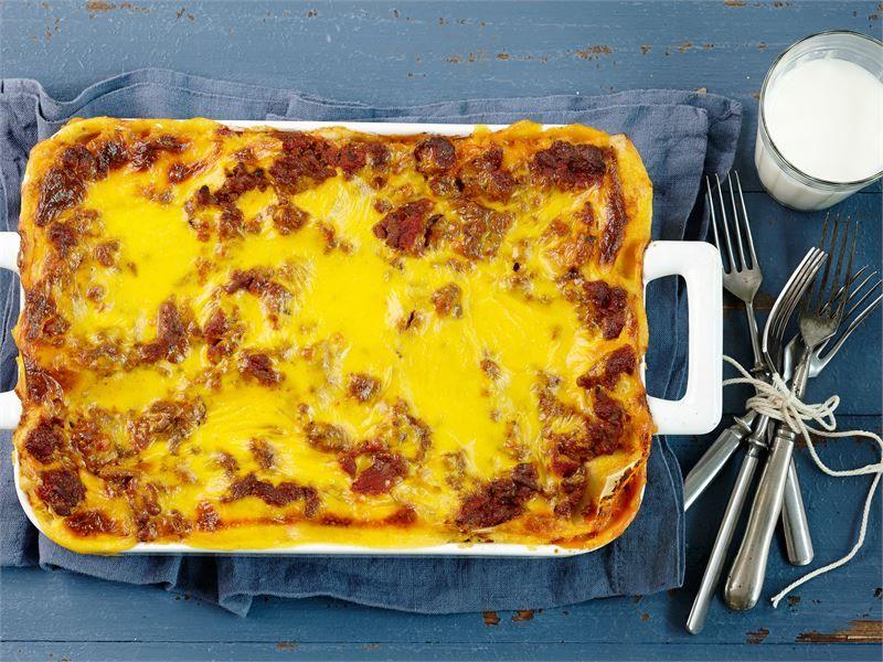 Lasagnen valmistaminen ei muutu tämän helpommaksi. Valmis tomaattikastike ja mehevä Koskenlaskija takaavat, että lopputulos on silti herkullinen.