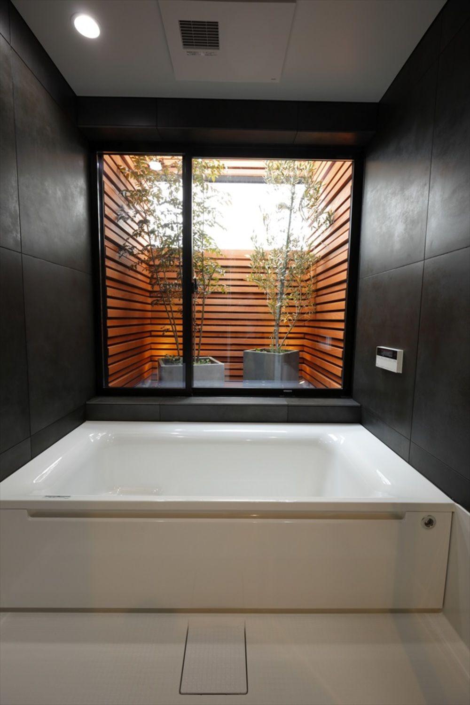 階段窓の家 ナガタ建設の写真集 浴室 坪庭 ユニットバス 浴室 窓