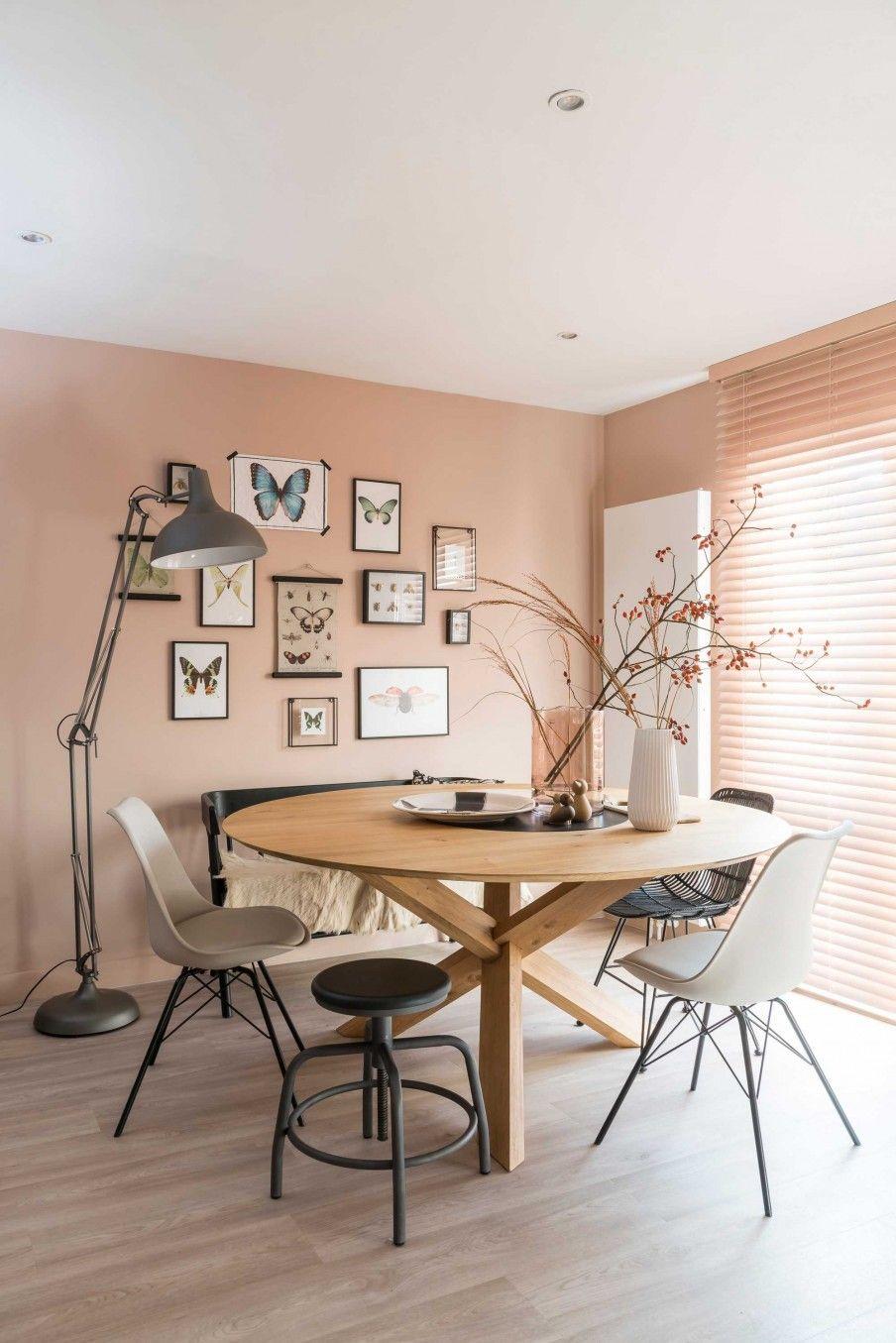 Ronde tafel met stoelenmix en bankje en vlinder gallery