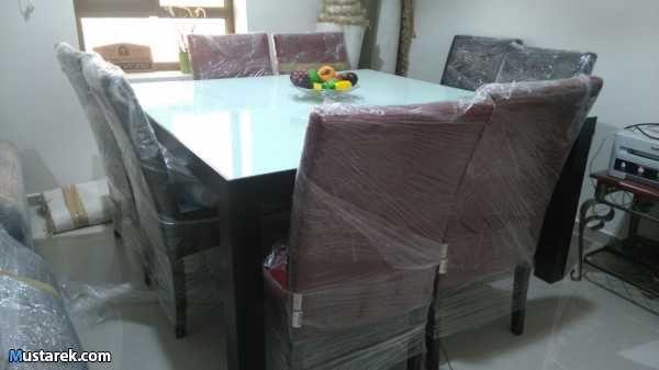 سفرة مربعة مع 8 كراسي جلد 4 أحمر 4 بنى داكن ماركة ديموس حالة ممتازة Home Decor Furniture Decor