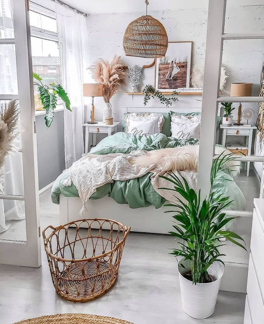 Photo of Lovely bedroom with green blanket and white wooden floor – Home Decorating Trends – Homedit