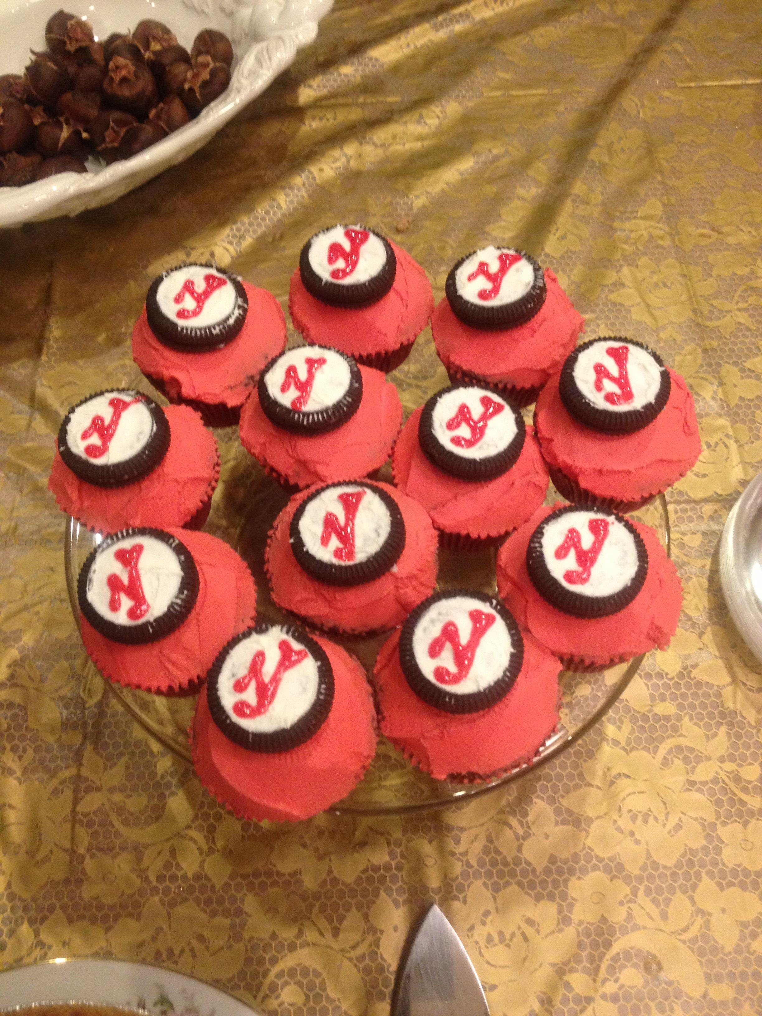 Cupcake Decorating Ideas Hockey : NJ Devils (Hockey) cupcakes Cute idea using oreos All my ...