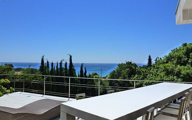 Walk to the beach from this stunning St Tropez villa ST4362