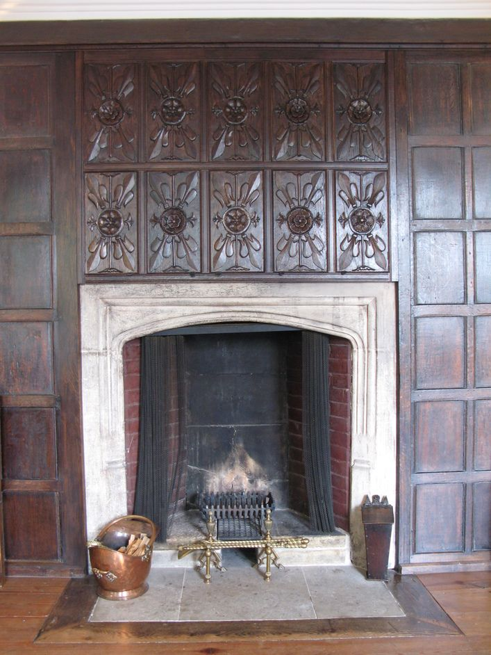 Sutton house fireplace with the tudor rose motif above for Tudor style fireplace