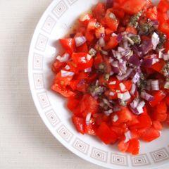 Ein einfacher Salat, der vor allem von der Qualität der Zutaten lebt. Gelingsicheres Rezept, kurz und knackig beschrieben. Die getrocknete Minze gibt eine feine Würze. Katja    ORIGINALREZEPT: Salatat banadoora wa nahnah  Tomatensalat mit getrockneter Minze  Für 4 Personen    Zutaten  3